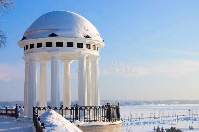 码头河圆形建筑的伏尔加河yaroslavl 免版税图库摄影