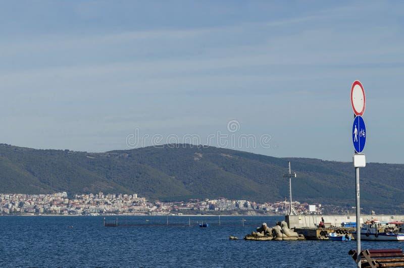 码头海景有十字架的在渔船的末端在古城Nessebar附近的黑海和巴尔干山 库存图片