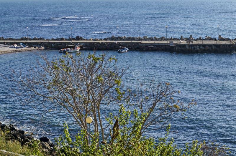 码头海景渔船的有沿海路在黑海和在古城Nessebar附近的小海滩的 免版税图库摄影
