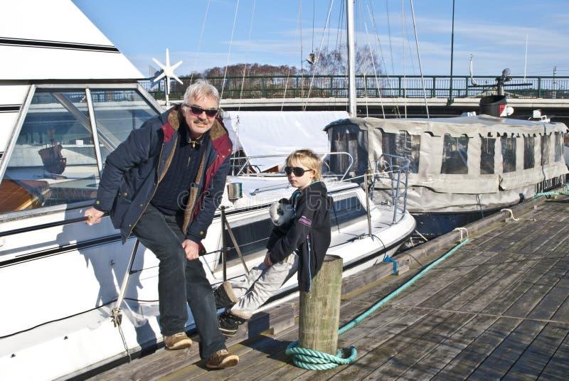 码头的祖父和孙子。 免版税图库摄影