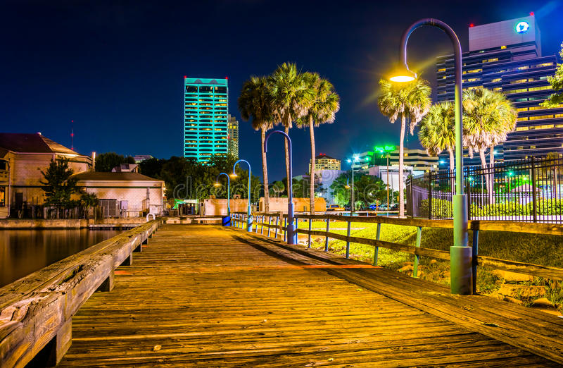 码头和大厦在晚上在杰克逊维尔,佛罗里达 免版税库存照片