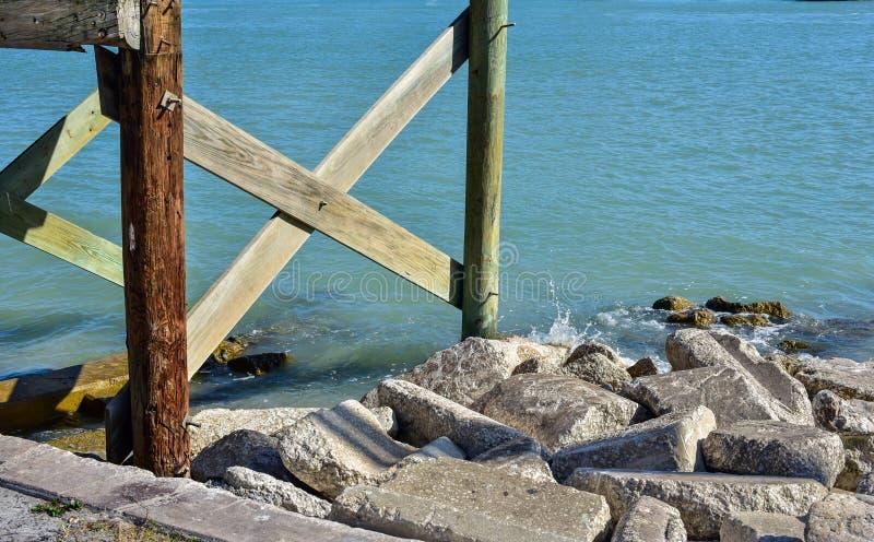 从码头和岩石的打桩 免版税库存照片