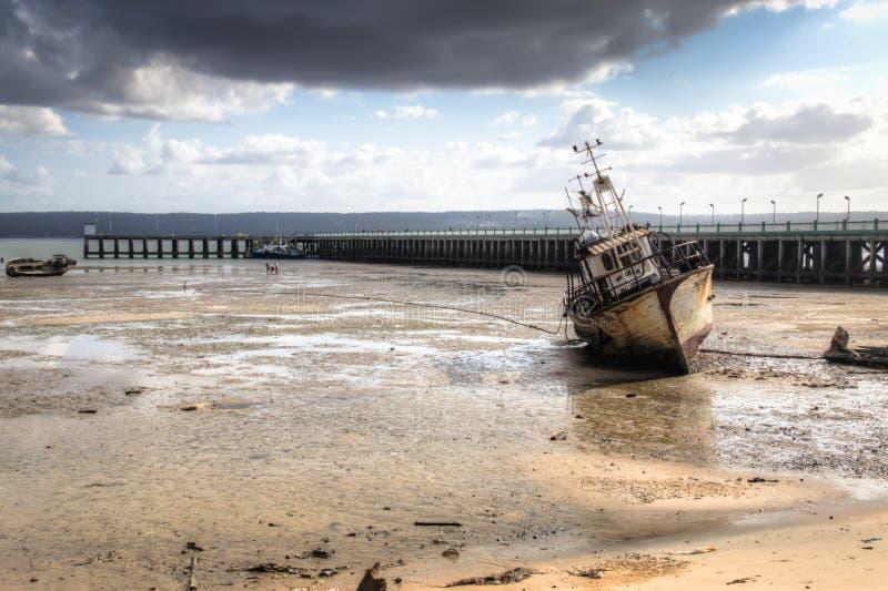 码头在伊尼扬巴内港口有老小船的 免版税库存图片