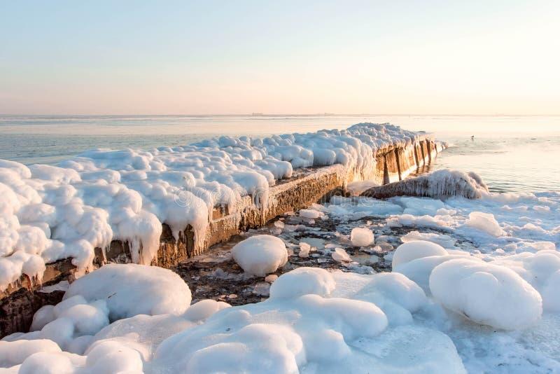 码头在冬天海 冰,阴云密布,自然背景 库存图片