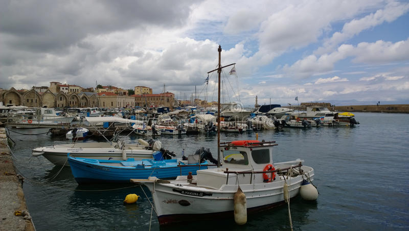 码头在市有许多的干尼亚州在多云天气的小船 库存图片