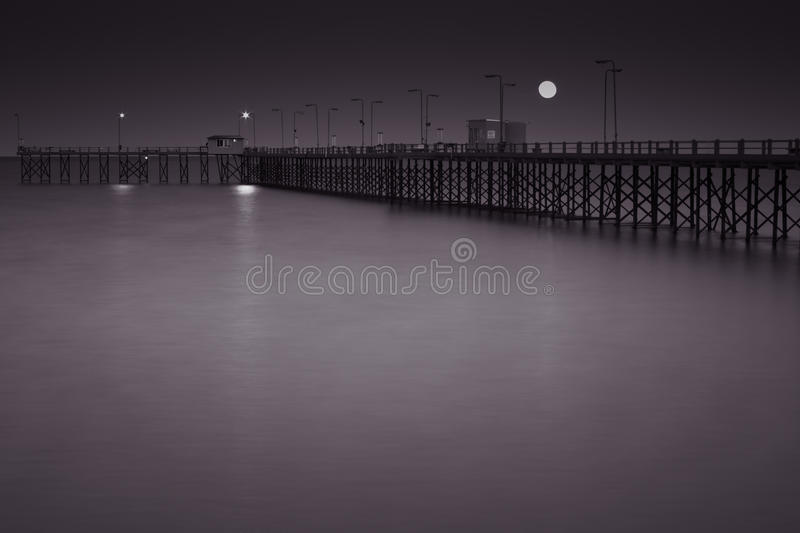 码头在满月下的晚上 图库摄影
