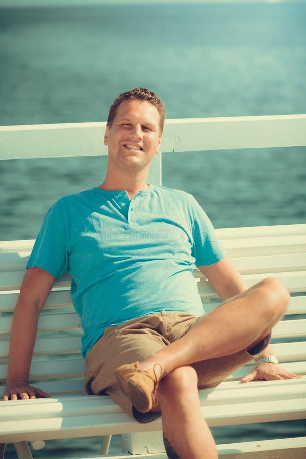码头的英俊的人游人 时尚夏天 免版税图库摄影
