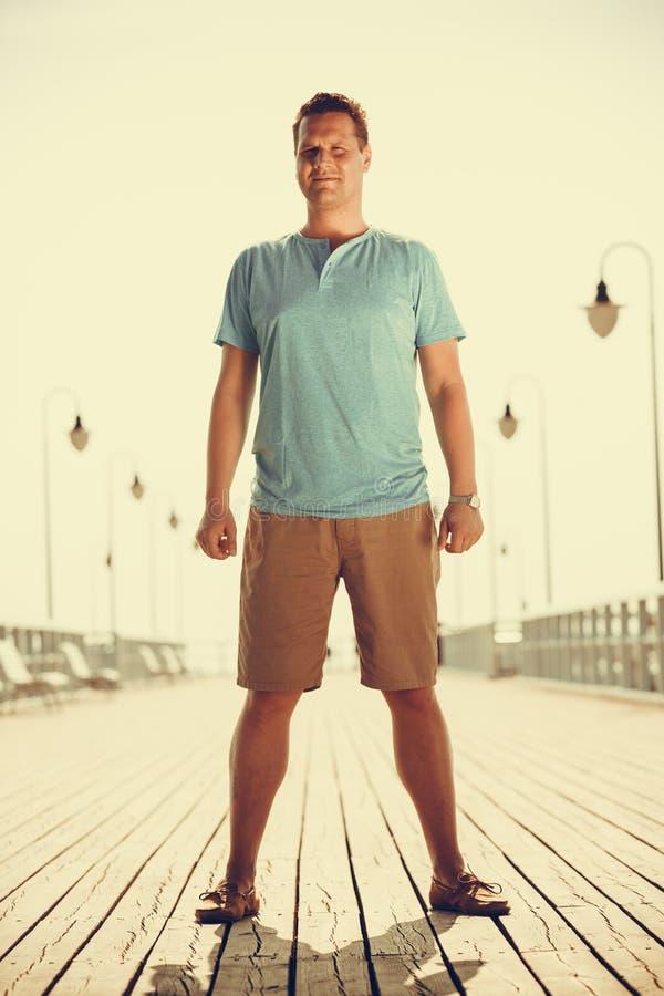 码头的英俊的人游人 时尚夏天 库存图片