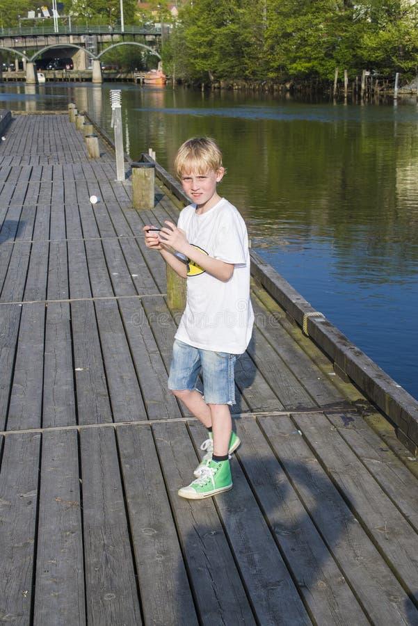 码头的年轻男孩在tista河 免版税库存图片