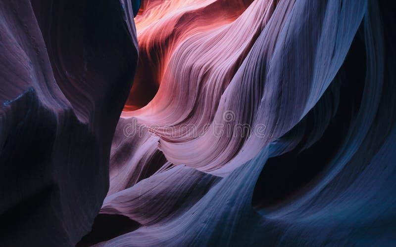 砂岩五颜六色的弯曲的墙壁在羚羊峡谷的 库存照片