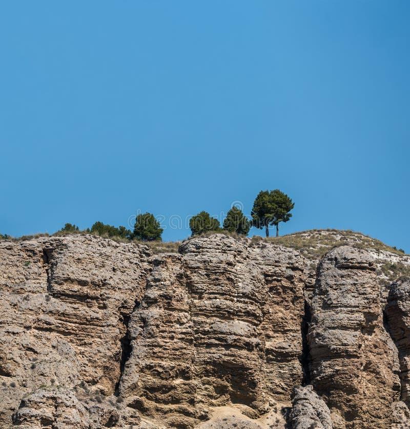 砂岩山风景与一些树和天空蔚蓝的 库存照片