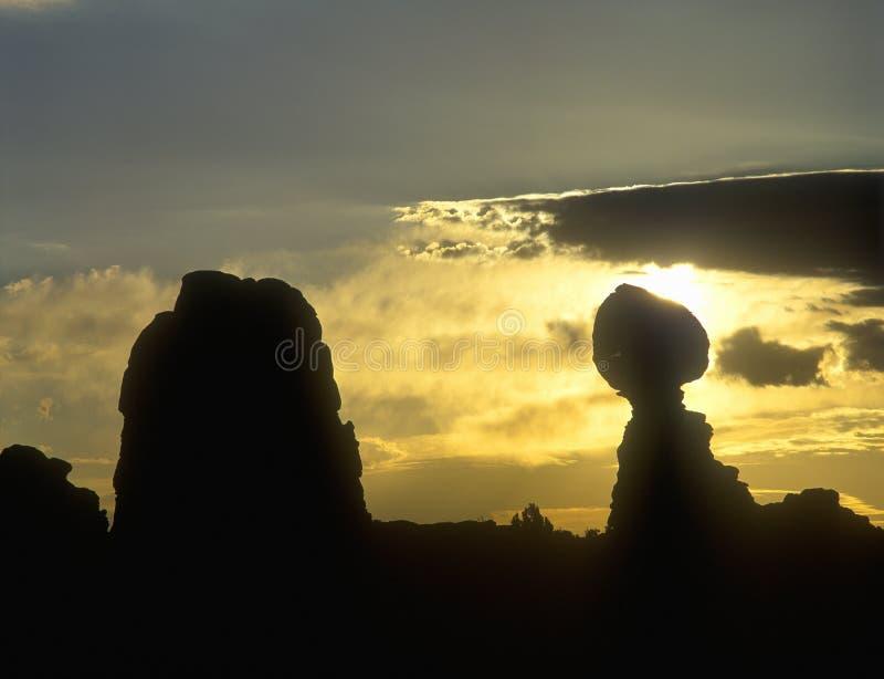 砂岩岩层日出剪影在拱门国家公园, UT 免版税库存照片