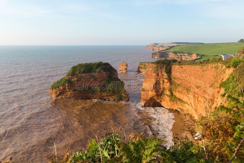 砂岩岩石堆积Ladram海湾德文郡位于侏罗纪海岸英国的英国 免版税库存图片