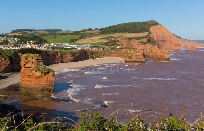 砂岩岩石堆积Ladram海湾海滩德文郡位于侏罗纪海岸英国的在Budleigh Salterton和Sidmouth之间和英国 免版税图库摄影