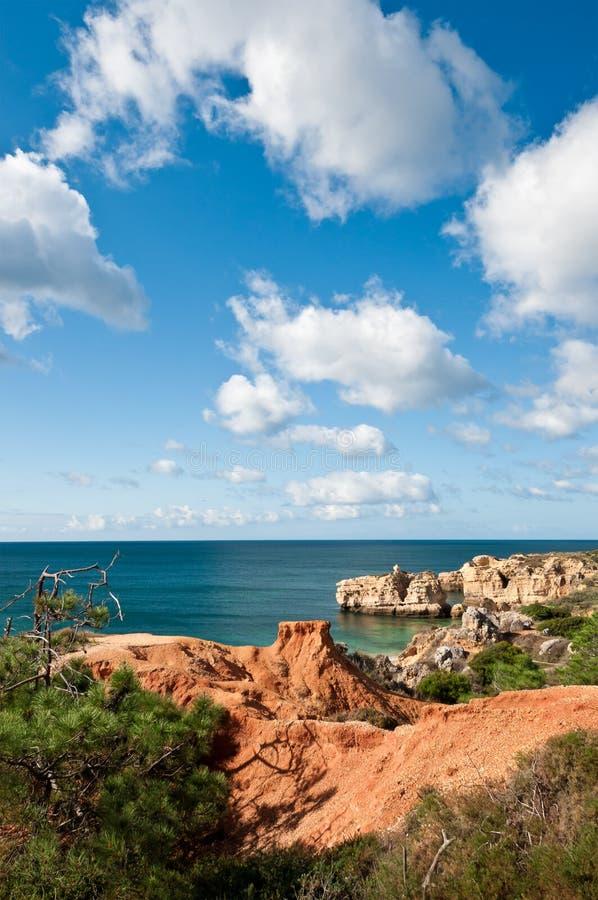 砂岩峭壁临近Albufeira 免版税库存图片