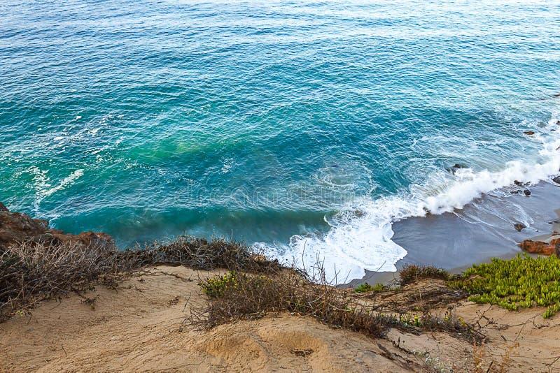 砂岩道路和露出与俯视太平洋的杂草和冰厂 免版税库存照片