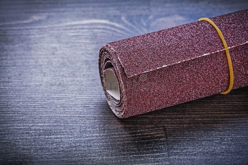 砂纸卷在葡萄酒木板研磨剂设备的 免版税库存图片