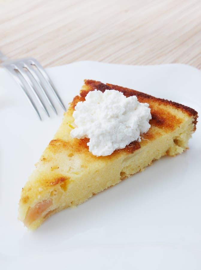 砂锅用乳酪和苹果 免版税库存图片