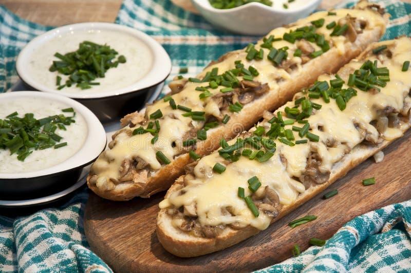 砂锅用乳酪和蘑菇洒与新鲜的香葱 库存图片