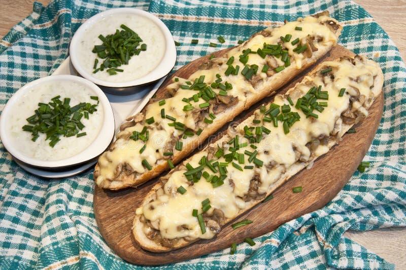 砂锅用乳酪和蘑菇洒与新鲜的香葱 免版税库存图片