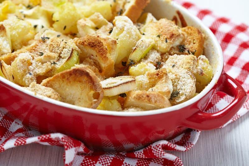 砂锅用花椰菜、韭葱、面包和乳酪 免版税库存照片