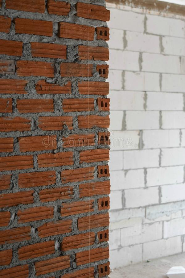 砌砖工和灰浆用水泥涂在建筑的砖背景的 免版税库存图片