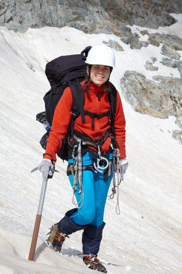 砍背包徒步旅行者女孩冰 库存图片