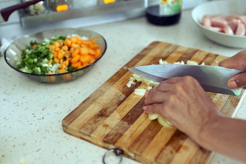 砍蔬菜妇女 库存照片