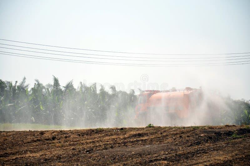 水研的卡车浪花为保护发生尘土 图库摄影