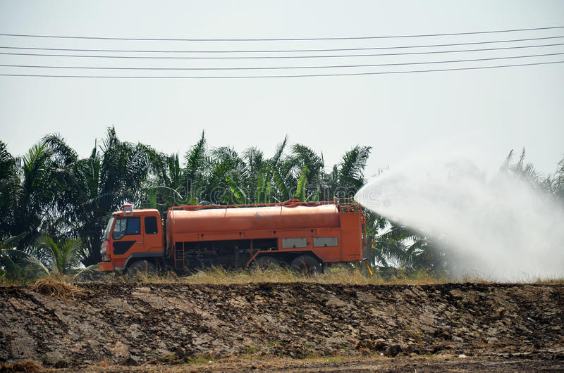水研的卡车浪花为保护发生尘土 库存图片