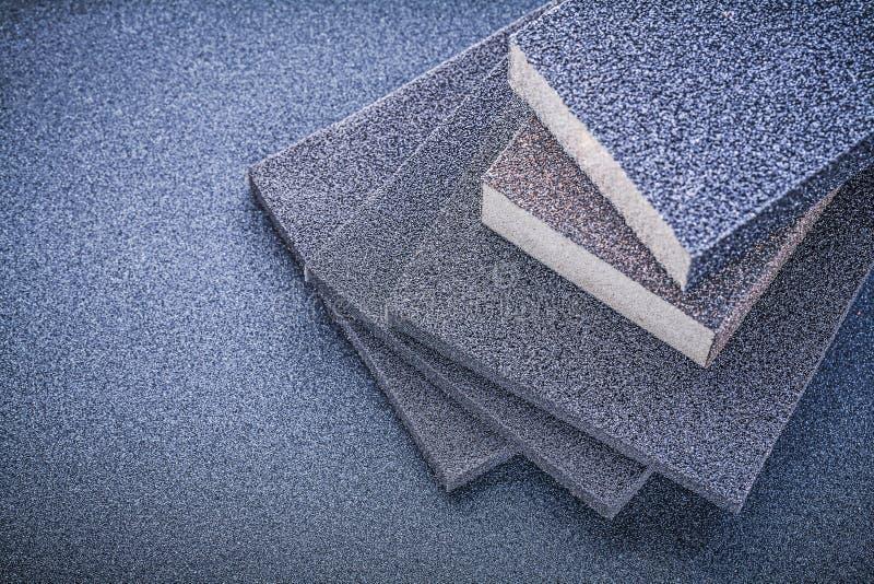 研的磨蚀海绵在砂纸顶视图 库存图片