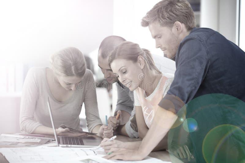 研究一个共同的配合项目的学生 免版税库存图片