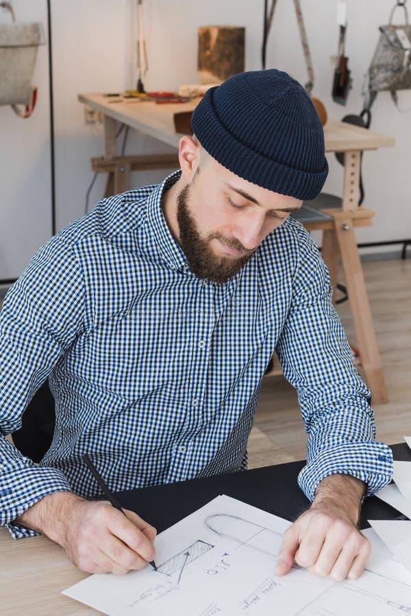 研究一个新产品的概念的男性时装设计师 免版税库存图片