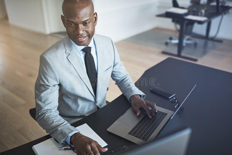 研究一台计算机的两不同的买卖人在办公室 库存图片
