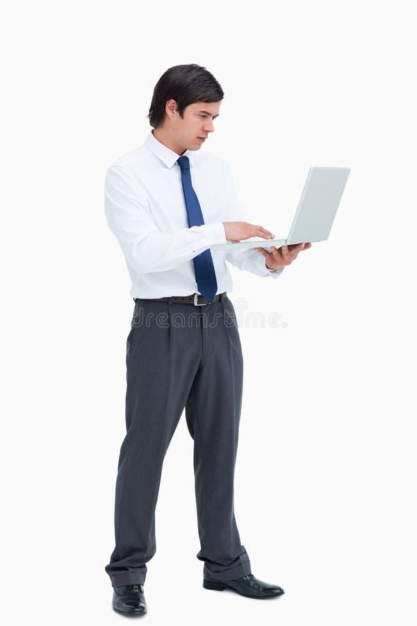 研究他的膝上型计算机的匠人侧视图 免版税库存照片