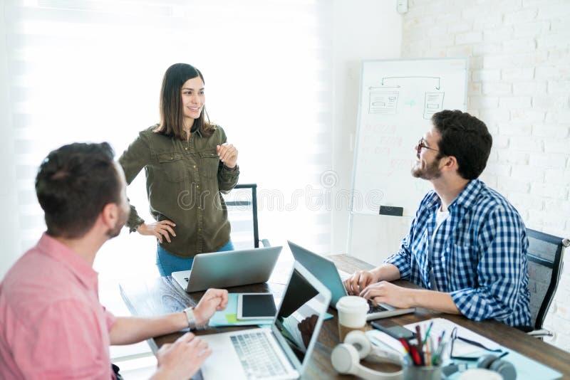 研究企业想法的董事在办公室会议 库存图片