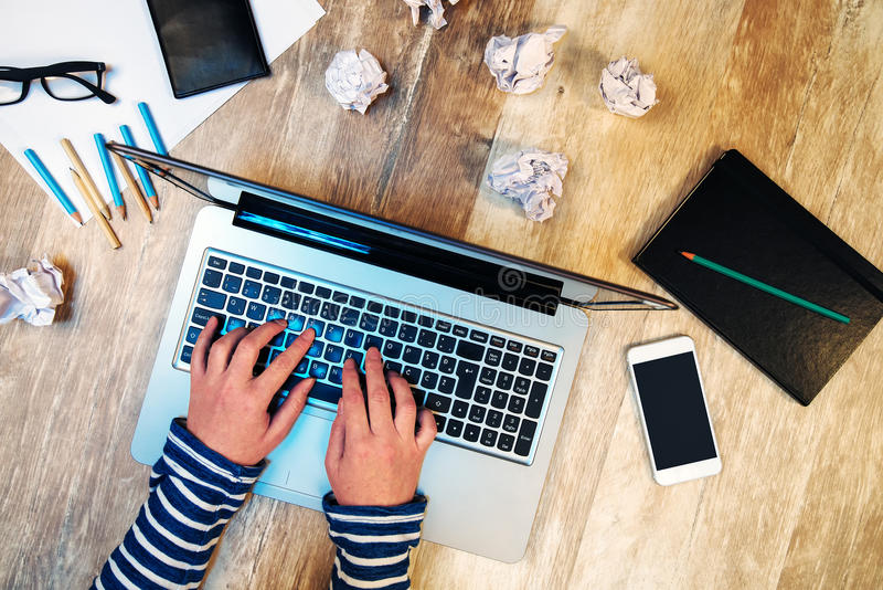 研究便携式计算机的创造性的女性在办公室 图库摄影