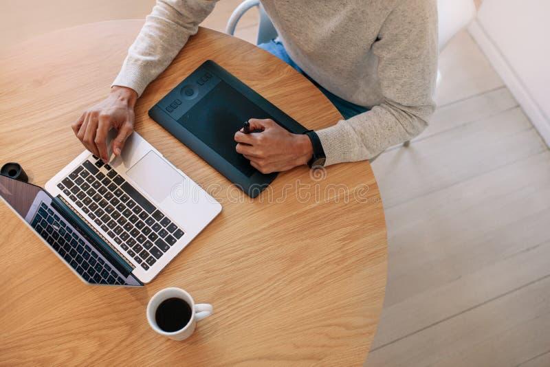 研究便携式计算机的商人使用数字式书写p 库存照片
