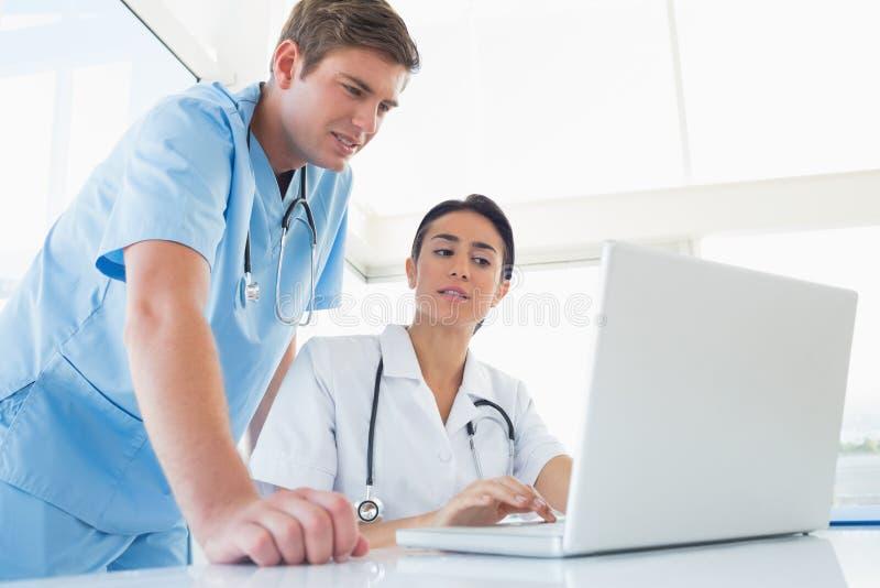 研究便携式计算机的医生 库存图片