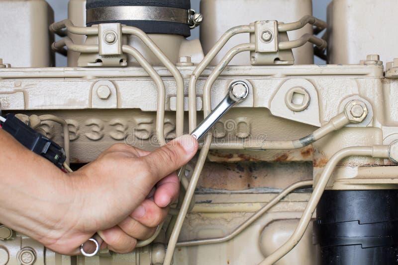 研究发电器力量的一个汽车机械师的特写镜头 库存照片