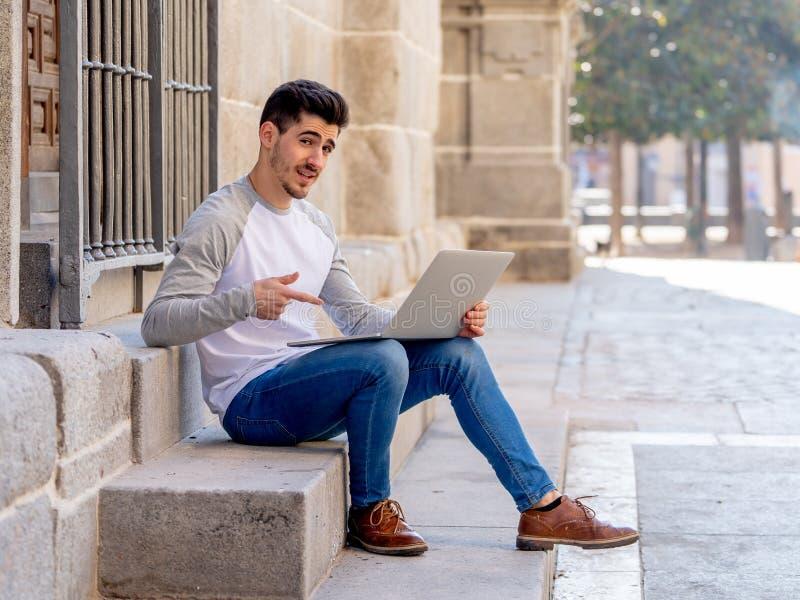 研究和学习在欧洲人的膝上型计算机的年轻帅哥 免版税库存图片
