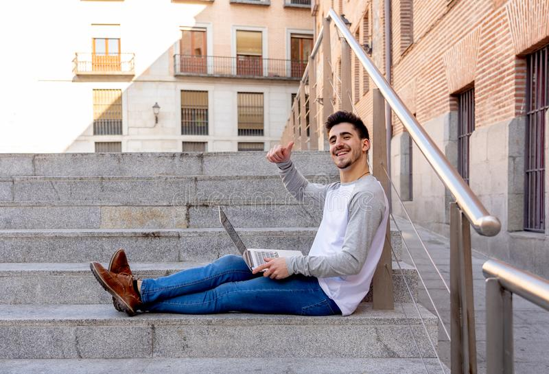 研究和学习在欧洲人的膝上型计算机的年轻帅哥 库存照片