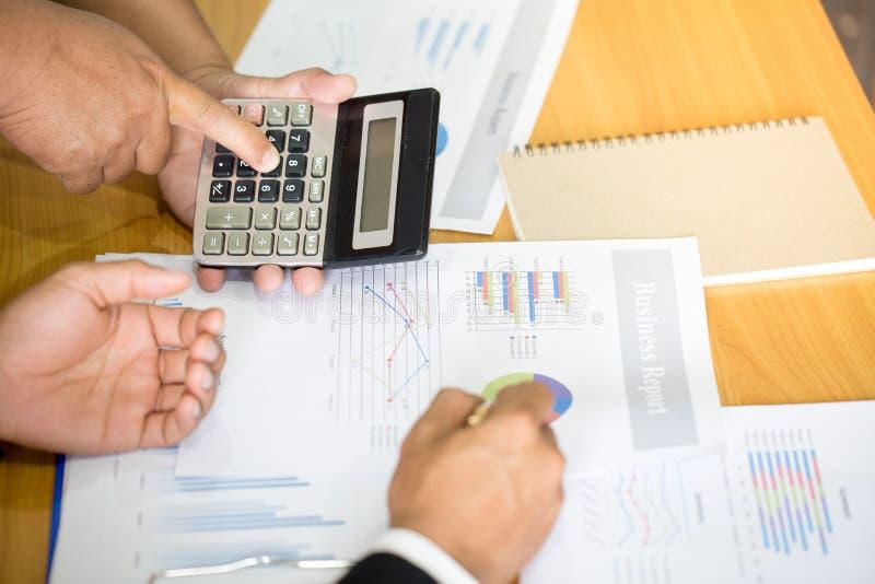研究图表在办公室,企业会计的两个商人 免版税图库摄影