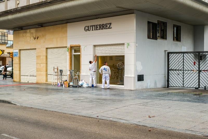 研究外部商店设计的工作者 免版税库存图片