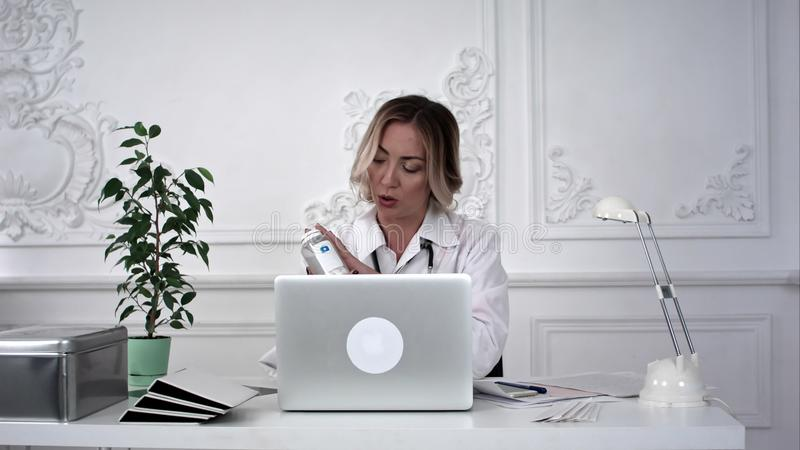 研究她的膝上型计算机的女性医生在办公室 Timelaps 免版税库存图片