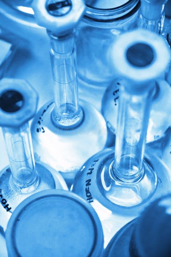 研究实验室被分类的玻璃器皿设备 库存图片