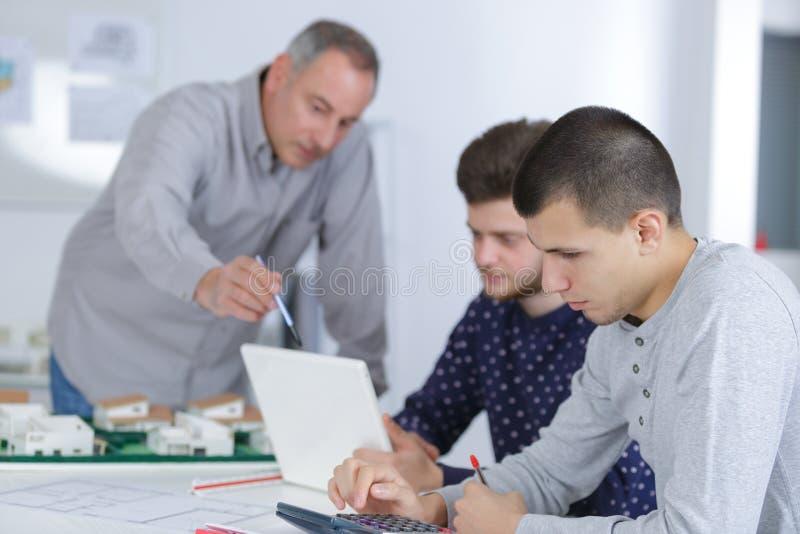 研究工程项目的小组学生 免版税库存图片
