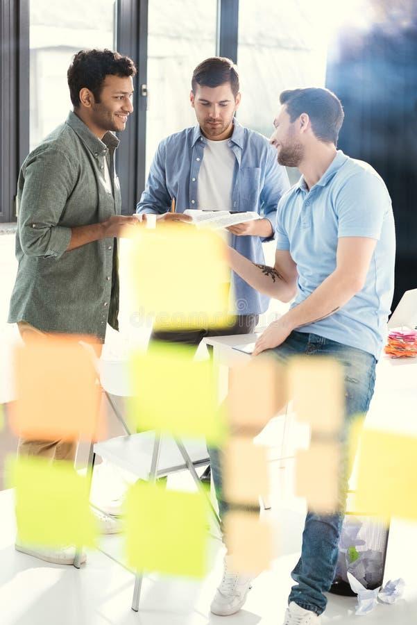 研究新的项目的偶然商人在现代办公室 免版税库存照片