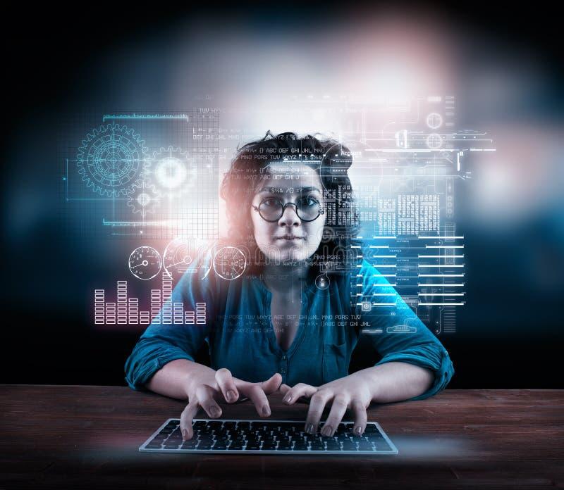研究有一未来派infograph的膝上型计算机的妇女 免版税库存图片