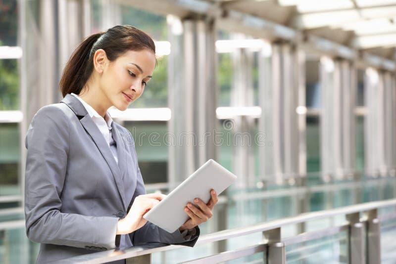 研究片剂计算机的西班牙女实业家 免版税库存图片